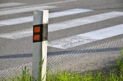 Το σημάδι κυκλοφορίας (σκιαγραφία) καθορίζει την άκρη του δρόμου στοκ φωτογραφία