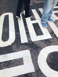 Το σημάδι κυκλοφορίας στην οδό Στοκ Εικόνα