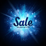 Το σημάδι πώλησης στο μπλε ακτινοβολεί κοσμικός παφλασμός στο σκοτάδι Στοκ Εικόνα