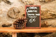 Το σημάδι στη γαλλική παλαιά πόλης πώληση crepe - πορτρέτο Στοκ Εικόνες