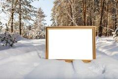 Το σημάδι στο δασικό υπόβαθρο Στοκ φωτογραφίες με δικαίωμα ελεύθερης χρήσης