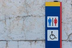 Το σημάδι τουαλετών για τις γυναίκες ανδρών και ακρωτηριάζει Στοκ εικόνες με δικαίωμα ελεύθερης χρήσης