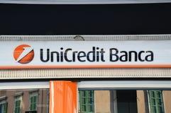 Το σημάδι τραπεζών UniCredit, είναι ιταλικές σφαιρικές τραπεζικές εργασίες και επιχείρηση χρηματοπιστωτικών υπηρεσιών Το δίκτυό τ Στοκ φωτογραφίες με δικαίωμα ελεύθερης χρήσης