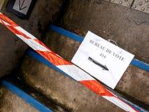 Το σημάδι de vote γραφείων στο πάτωμα έβλαψε το ασφαλές λωρίδα Στοκ εικόνα με δικαίωμα ελεύθερης χρήσης