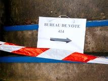 Το σημάδι de vote γραφείων στο πάτωμα έβλαψε το ασφαλές λωρίδα Στοκ Εικόνες