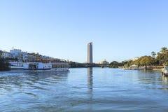 το σημαντικό Ιούλιος πόλεων του 2012 ορόσημο του Γκουανταλκιβίρ μόλις τρέξει ο ποταμός φωτογραφιών τη ληφθείσα τουριστική γούρνα  στοκ εικόνες