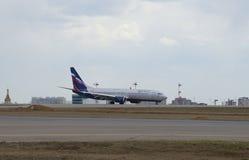 Το σημείο tangency Το Boeing 737-800 (vq-BVP) Αεροφλότ που προσγειώνεται στον αερολιμένα Sheremetyevo στοκ εικόνες με δικαίωμα ελεύθερης χρήσης