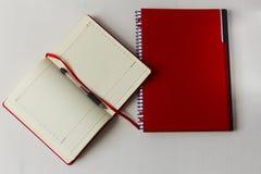 Το σημειωματάριο και μια μάνδρα είναι στον πίνακα Στοκ φωτογραφία με δικαίωμα ελεύθερης χρήσης