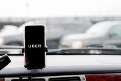 Το Σικάγο, IL, ΗΠΑ, FEB-21.2017, Smartphone που συνδέεται με ένα αυτοκίνητο τοποθετεί στο αυτοκίνητο με το λογότυπο Uber για την  Στοκ φωτογραφίες με δικαίωμα ελεύθερης χρήσης