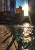 Το Σικάγο riverwalk ως ήλιος αρχίζει να θέτει, πετώντας τις σκιές Στοκ φωτογραφία με δικαίωμα ελεύθερης χρήσης
