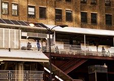 Το Σικάγο ` s ανύψωσε το σύστημα μεταφορών ` EL ` - σκαλοπάτια καταλήγοντας στην πλατφόρμα τραίνων Στοκ φωτογραφία με δικαίωμα ελεύθερης χρήσης
