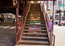 Το Σικάγο ` s ανύψωσε το σύστημα μεταφορών ` EL ` - σκαλοπάτια καταλήγοντας στην πλατφόρμα τραίνων Στοκ Εικόνα