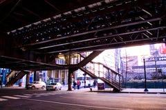 Το Σικάγο ` s ανύψωσε το σύστημα μεταφορών ` EL ` - σκαλοπάτια καταλήγοντας στην πλατφόρμα τραίνων Στοκ Εικόνες