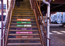 Το Σικάγο ` s ανύψωσε το σύστημα μεταφορών ` EL ` - σκαλοπάτια καταλήγοντας στην πλατφόρμα τραίνων Στοκ Φωτογραφία