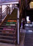 Το Σικάγο ` s ανύψωσε το σύστημα μεταφορών ` EL ` - σκαλοπάτια καταλήγοντας στην πλατφόρμα τραίνων Στοκ εικόνα με δικαίωμα ελεύθερης χρήσης