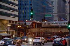 Το Σικάγο ` s ανύψωσε το τραίνο ` EL ` που περνά πέρα από το Drive Wacker στο ηλιοβασίλεμα Στοκ φωτογραφίες με δικαίωμα ελεύθερης χρήσης