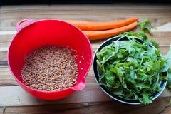 Το σιτάρι Farro που είναι για μια θερινή σαλάτα Στοκ Φωτογραφία
