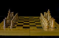 Σκάκι Πίνακας σκακιού σε ένα μαύρο υπόβαθρο στοκ εικόνα