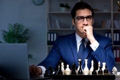 Το σκάκι παιχνιδιού επιχειρηματιών στην έννοια στρατηγικής Στοκ Εικόνα