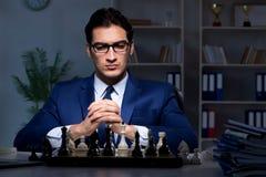Το σκάκι παιχνιδιού επιχειρηματιών στην έννοια στρατηγικής Στοκ φωτογραφία με δικαίωμα ελεύθερης χρήσης