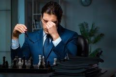 Το σκάκι παιχνιδιού επιχειρηματιών στην έννοια στρατηγικής Στοκ εικόνες με δικαίωμα ελεύθερης χρήσης