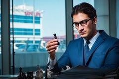 Το σκάκι παιχνιδιού επιχειρηματιών στην έννοια στρατηγικής Στοκ Φωτογραφία