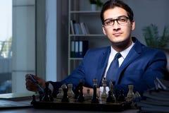 Το σκάκι παιχνιδιού επιχειρηματιών στην έννοια στρατηγικής Στοκ Φωτογραφίες