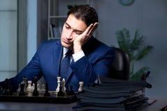 Το σκάκι παιχνιδιού επιχειρηματιών στην έννοια στρατηγικής Στοκ φωτογραφίες με δικαίωμα ελεύθερης χρήσης
