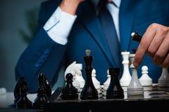 Το σκάκι παιχνιδιού επιχειρηματιών στην έννοια στρατηγικής Στοκ Εικόνες
