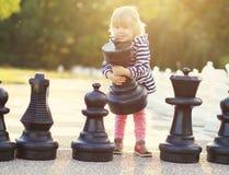 Το σκάκι παιδικού παιχνιδιού λογαριάζει υπαίθριο Στοκ Εικόνες