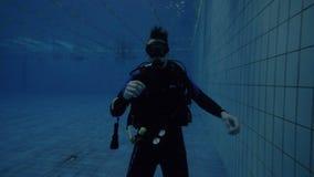Το σκάφανδρο βουτά εκπαιδευτικός που παρουσιάζει χειρονομία χεριών για την υποβρύχια επικοινωνία απόθεμα βίντεο