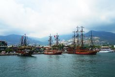 Το σκάφος είναι μια ευχαρίστηση Το γιοτ ένας πειρατής στη θάλασσα Στοκ φωτογραφία με δικαίωμα ελεύθερης χρήσης