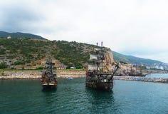 Το σκάφος είναι μια ευχαρίστηση Το γιοτ ένας πειρατής στη θάλασσα Στοκ Εικόνες