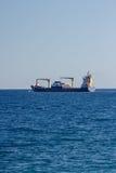 Το σκάφος εμπορευματοκιβωτίων αφήνει έναν λιμένα Στοκ Εικόνες