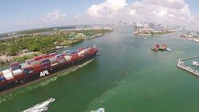 Το σκάφος εμπορευματοκιβωτίων μπαίνει στο λιμένα της εναέριας άποψης του Μαϊάμι φιλμ μικρού μήκους