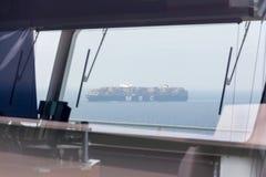 Το σκάφος εμπορευματοκιβωτίων περνά ένα άλλο σκάφος Στοκ Εικόνες