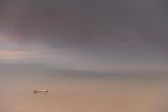 Το σκάφος εμπορευματοκιβωτίων προτρέχει τη θύελλα πίσω Στοκ Εικόνες