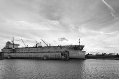 Το σκάφος επισκευάζει τις επιπλέουσες αποβάθρες Λ Στοκ εικόνες με δικαίωμα ελεύθερης χρήσης