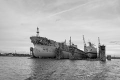 Το σκάφος επισκευάζει τις επιπλέουσες αποβάθρες Λ Στοκ Εικόνες