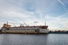 Το σκάφος επισκευάζει τις επιπλέουσες αποβάθρες Στοκ Φωτογραφίες