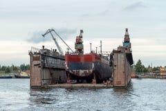 Το σκάφος επισκευάζει τις επιπλέουσες αποβάθρες Στοκ Φωτογραφία