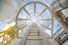 Το σκάφος και η σκάλα για πηγαίνουν στο τοπ ακροφύσιο της διαδικασίας αφυδάτωσης αερίου στην παράκτια πλατφόρμα επεξεργασίας πετρ Στοκ φωτογραφία με δικαίωμα ελεύθερης χρήσης