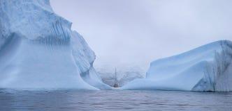 Το σκάφος κολυμπά μεταξύ των τεράστιων παγόβουνων Andreev Στοκ Εικόνες
