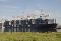 Το σκάφος μεταφορέων εμπορευματοκιβωτίων προσόρμισε παράλληλα στο λιμένα Southampton UK Στοκ εικόνες με δικαίωμα ελεύθερης χρήσης