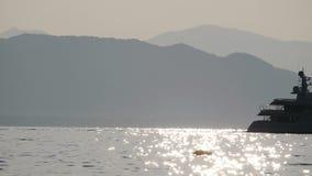 Το σκάφος πηγαίνει κατά μήκος του πλαισίου Στο υπόβαθρο των βράχων Προς μια μικρή βάρκα φιλμ μικρού μήκους