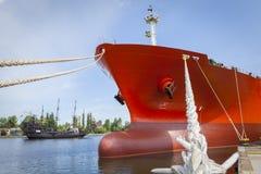 Το σκάφος που δένεται στο λιμάνι και πλησιάζει στο σκάφος πειρατών Στοκ Φωτογραφίες