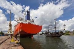 Το σκάφος που δένεται στο λιμάνι και πλησιάζει στο σκάφος πειρατών Στοκ Φωτογραφία