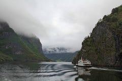 Το σκάφος πλέει στα φιορδ Στοκ Φωτογραφίες