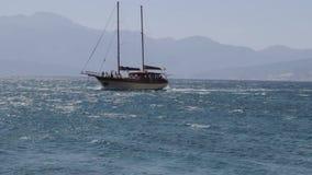 Το σκάφος στη θάλασσα απόθεμα βίντεο