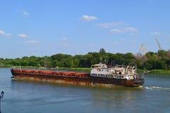 Το σκάφος στον ποταμό φορά Στοκ Φωτογραφίες